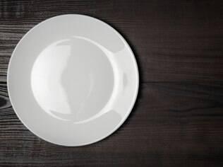 Use um prato branco na simpatia para harmonizar a vida do casal