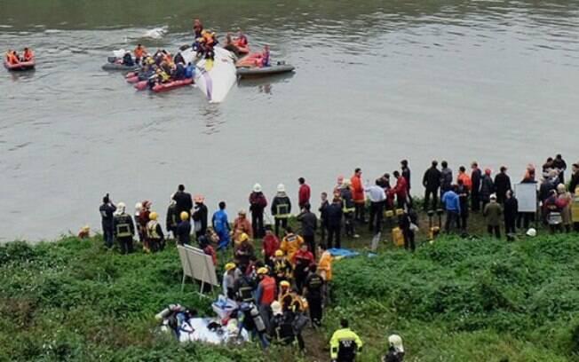 Equipes de resgate tentam retirar passageiros presos dentro de avião da TransAsia