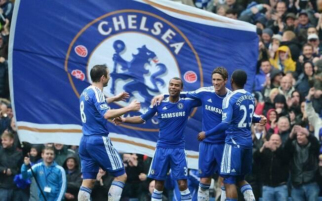 d5eaaca1a802d Foto  Getty Images Jogadores comemoram gol de Torres diante de bandeira do  Chelsea. Time londrino chegou ao 5º ...