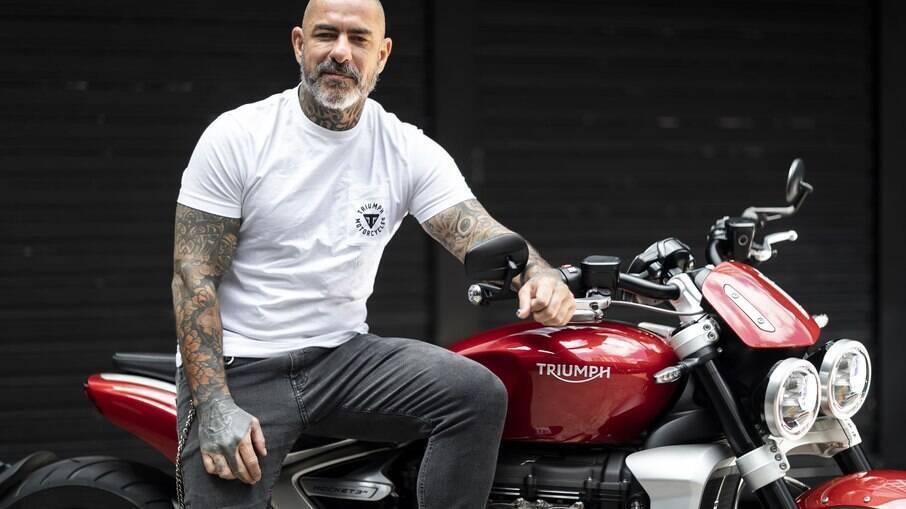 """A motocicleta faz parte do dia a dia de Fogaça na sua mobilidade. """"A moto está inserida na minha vida em 95% do tempo"""