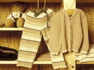 Guardar peças combinadas e manter vestidinhos pendurados ajudam a manter a organização