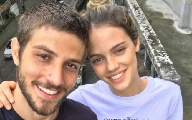 Após término de noivado, Chay Suede e Laura Neiva voltaram a seguir um ao outro nas redes sociais