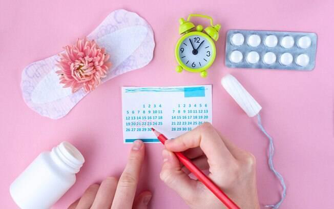 O uso da pílula anticoncepcional altera o clico menstrual, causando mudanças no fluxo e nos sintomas da TPM