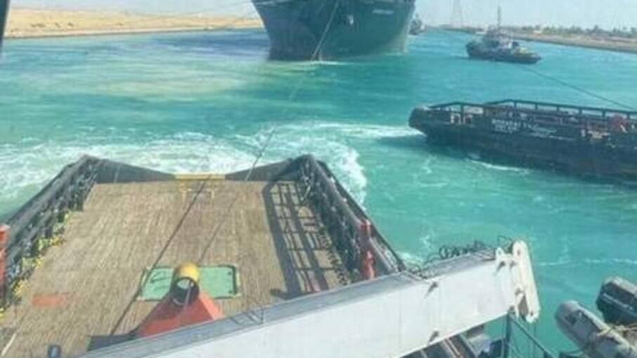 Navio com bandeira panamenha interrompeu circulação no Canal de Suez