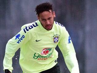 Neymar participa de treinamento na caixa de areia da Granja Comary