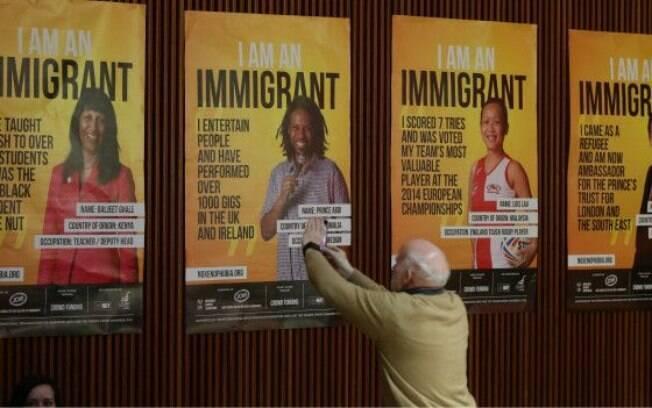 Cartazes em defesa de imigrantes foram espalhados pelo Reino Unido