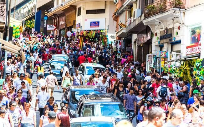 A rua 25 de Março é o endereço mais popular para quem quer fazer passeios em São Paulo  comprando e gastando pouco