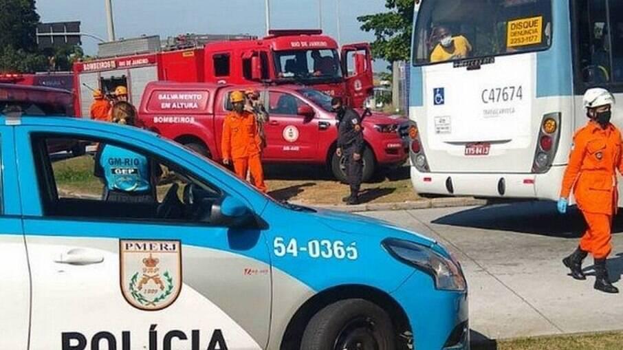 Idosa é acorrentada em passarela de acesso ao BRT do RJ por ex-marido