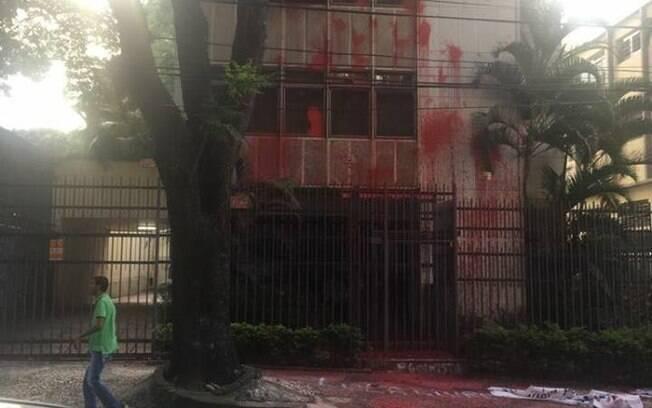 """Manifestantes jogaram tinta vermelha nas paredes do edifício de Cármen Lúcia e escreveram """"Cármen golpista"""" na escada"""