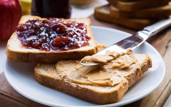 A pasta de amendoim pode ser combinada com frutas%2C torradas e shakes proteicos