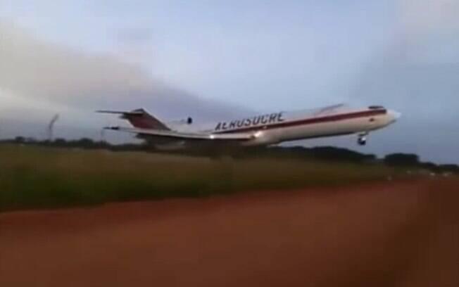 Avião da empresa Aerosucre caiu logo após decolar do aeroporto de Puerto Carreño, próximo à fronteira com Venezuela