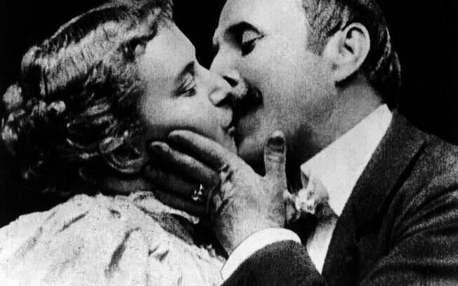 Primeira cena de beijo no cinema aconteceu em 1896 e filme de 18 segundos foi censurado