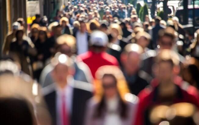 Não seja mais um na multidão: Se a oportunidade é realmente válida, é hora de encontrar uma boa diferenciação.  Por mais inovadora que sua ideia seja, a partir do momento que você entrar no mercado outras empresas com o mesmo perfil surgirão. E nessa hora vale lembrar que sobrevive quem sabe se fazer presente e trazer constantes novidades para o mercado. . Foto: Thinkstock Photos