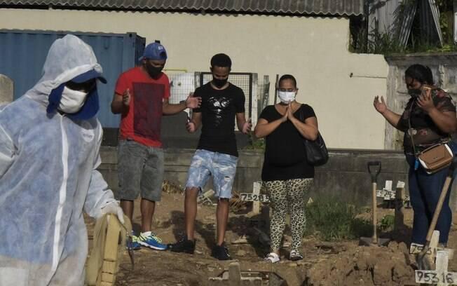 Brasil tem em 1 dia mais mortes por covid-19 do que 133 países em 1 ano de pandemia