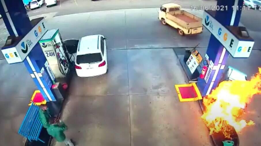 Cliente não percebeu que a mangueira de combustível ainda estava conectada no veículo