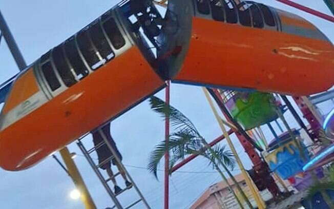 Brinquedo quebrou e ficou pendurado em parque de diversões de Peruíbe, SP
