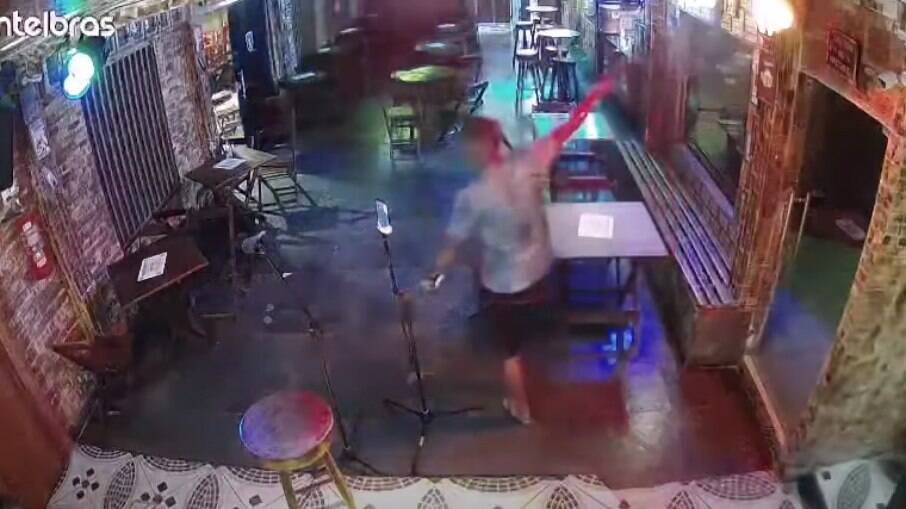 Câmera de segurança flagra momento em que o bombeiro fez vários disparos em bar de Manaus