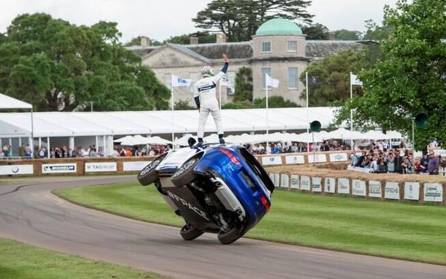Jaguar F-Pace faz volta em duas rodas durante o Festival de Velocidade em Goodwood, na Inglaterra