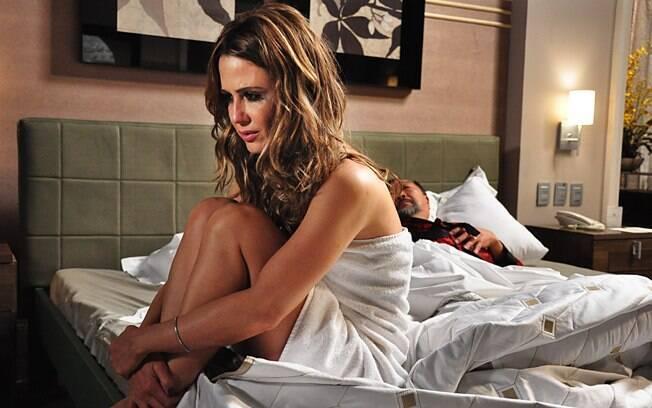 Beatriz (Guilhermina Guinle) na cama com o Dr. Shang