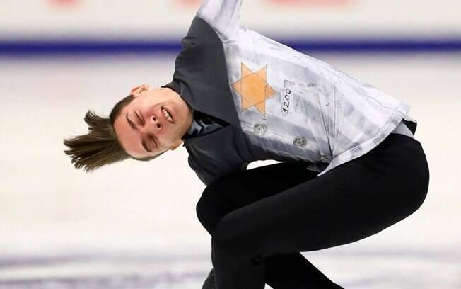 Atleta russo Anton Shulepov usou uniforme com referência nazista em competição de patinação artística
