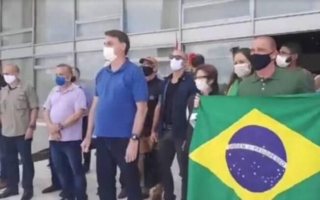 Bolsonaro leva ministros a manifestação na frente do Planalto