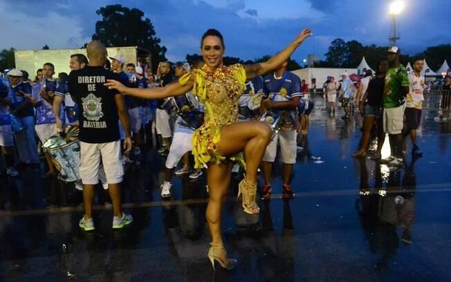 Fabi Frota é rainha de bateria da Imperador do Ipiranga: escola do grupo de acesso de São Paulo desfila no Anhembi