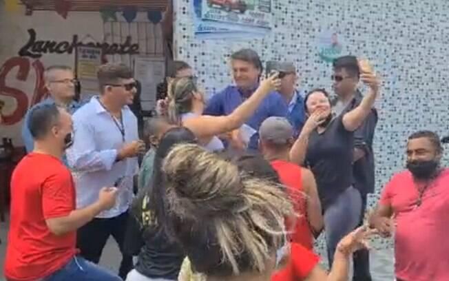 Apoiadores se aglomeraram ao redor de Bolsonaro em Aracajú