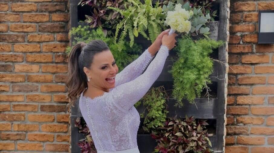 Viviane Araújo usando vestido de noiva
