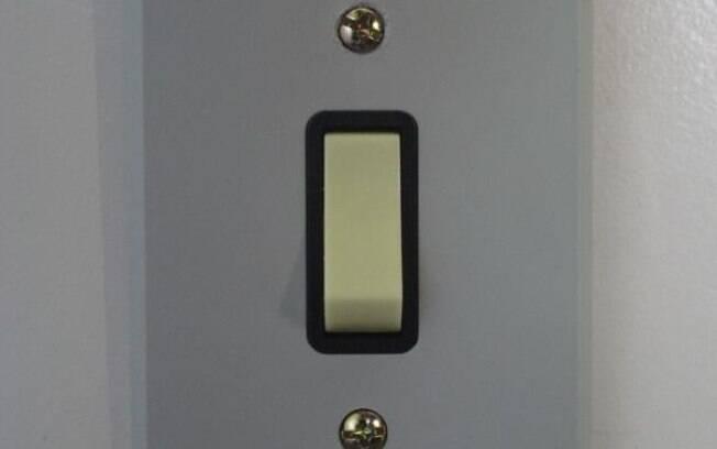 A quantidade de vezes que acendemos ou apagamos as luzes com a mão suja faz com que os interruptores acumulem sujeira, germes e bactérias