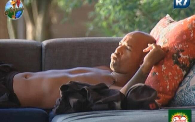 Dinei ficou indgnado com Monique Evans e acaba falando sozinho no sofá
