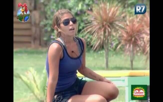 Raquel fala numa boa com Dinei
