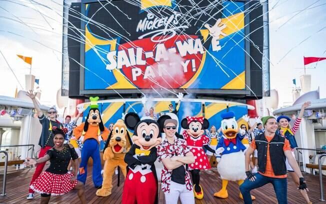 Há muitas festas temáticas nos cruzeiros da Disney Cruise Line e uma delas é uma festa de boas-vindas com o Mickey