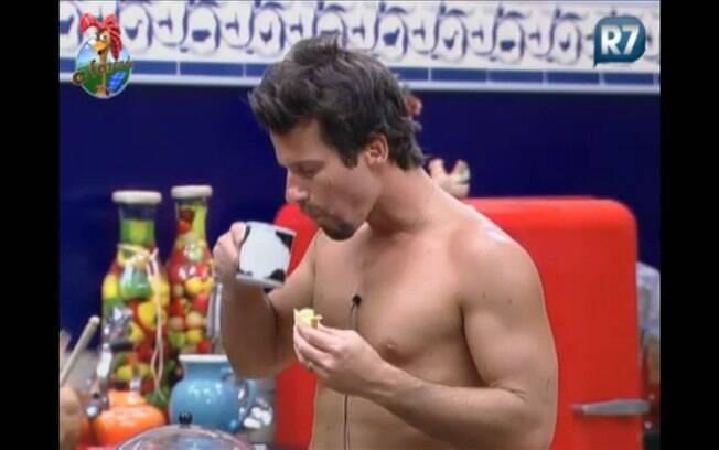 Sozinho, o peão petisca pedaço de bolo e toma café com leite