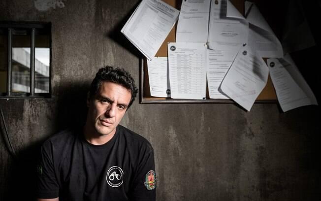 Rodrigo Lombardi abrilhanta a série no papel do carcereiro Adriano