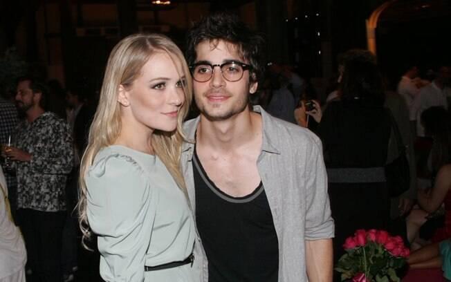 Fiuk e a namorada Natália Frascino no lançamento da novela