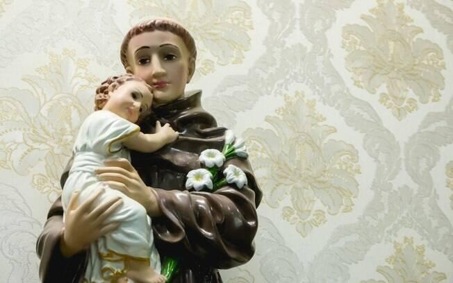 A simpatia mais clássica para encontrar alguém é colocar Santo Antônio de ponta cabeça em um copo d'água