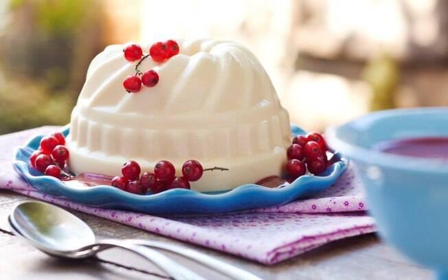 Foto da receita Pudim de iogurte com baunilha e purê de frutas pronta.