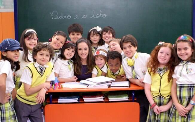 Rosanne Mulholland e Maísa Silva posam com o elenco de