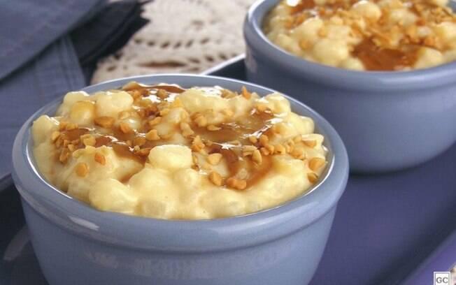 Canjica com doce de leite e amendoim