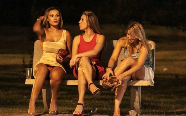 Em Jurerê, Andressa Urach deixa balada descalça e mostra calcinha