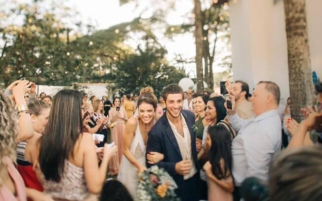 Laura Neiva divulga foto exclusiva do casamento com Chay Suede