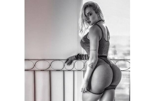 Juju Salimeni posa sensual na web