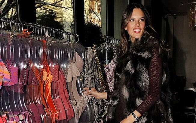 Antes do correria, Alessandra Ambrosio foi fotografada escolhendo biquínis da grife Jo de Mer, de Amalia Spinardi, em Nova York, nessa quarta-feira (14)