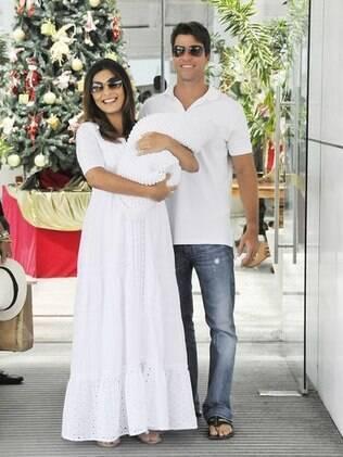 Juliana Paes saindo da maternidade com o marido e o filho Pedro nos braços: madrinha da Semana Mundial da Amamentação