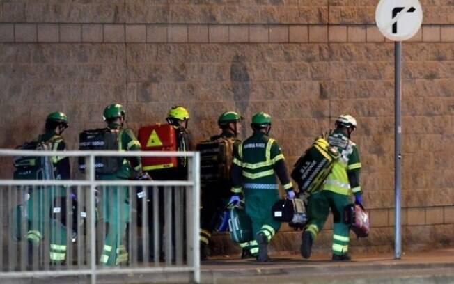 Médicos correm para atender vítimas do atentado em Manchester no show da cantora Ariana Grande