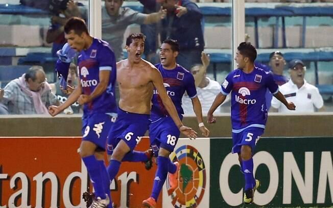 Jogadores do Tigre comemoram o gol de  Peñalba, marcado aos 49 minutos do 2º tempo
