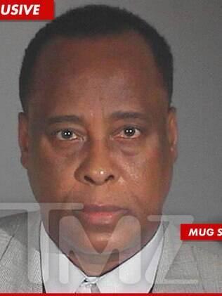 A foto do registro policial de Conrad Murray