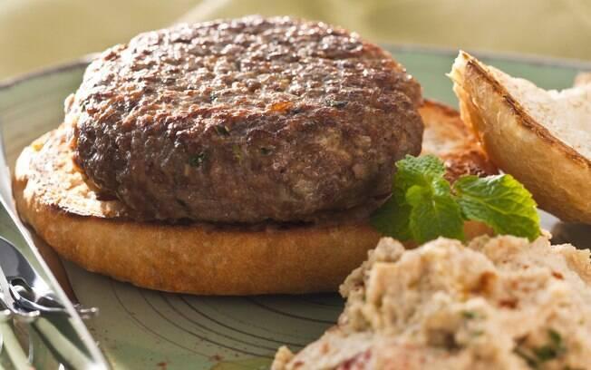 Foto da receita Hambúrguer de cordeiro com pasta de grão-de-bico pronta.