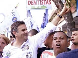Aécio Neves em caminhada pelo calçadão de Campo Grande (RJ), em 10/09/2014