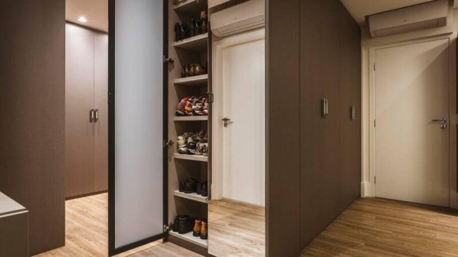 Na planta desse imóvel, Flávia e Roberta uniram dois dormitórios que deram espaço para uma suíte generosa, com direito a um closet com portas.